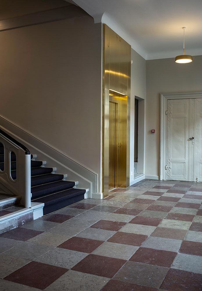 Elevatoren i trappeopgangen