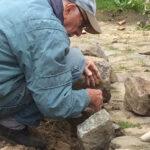 hver sten lægges med hånden